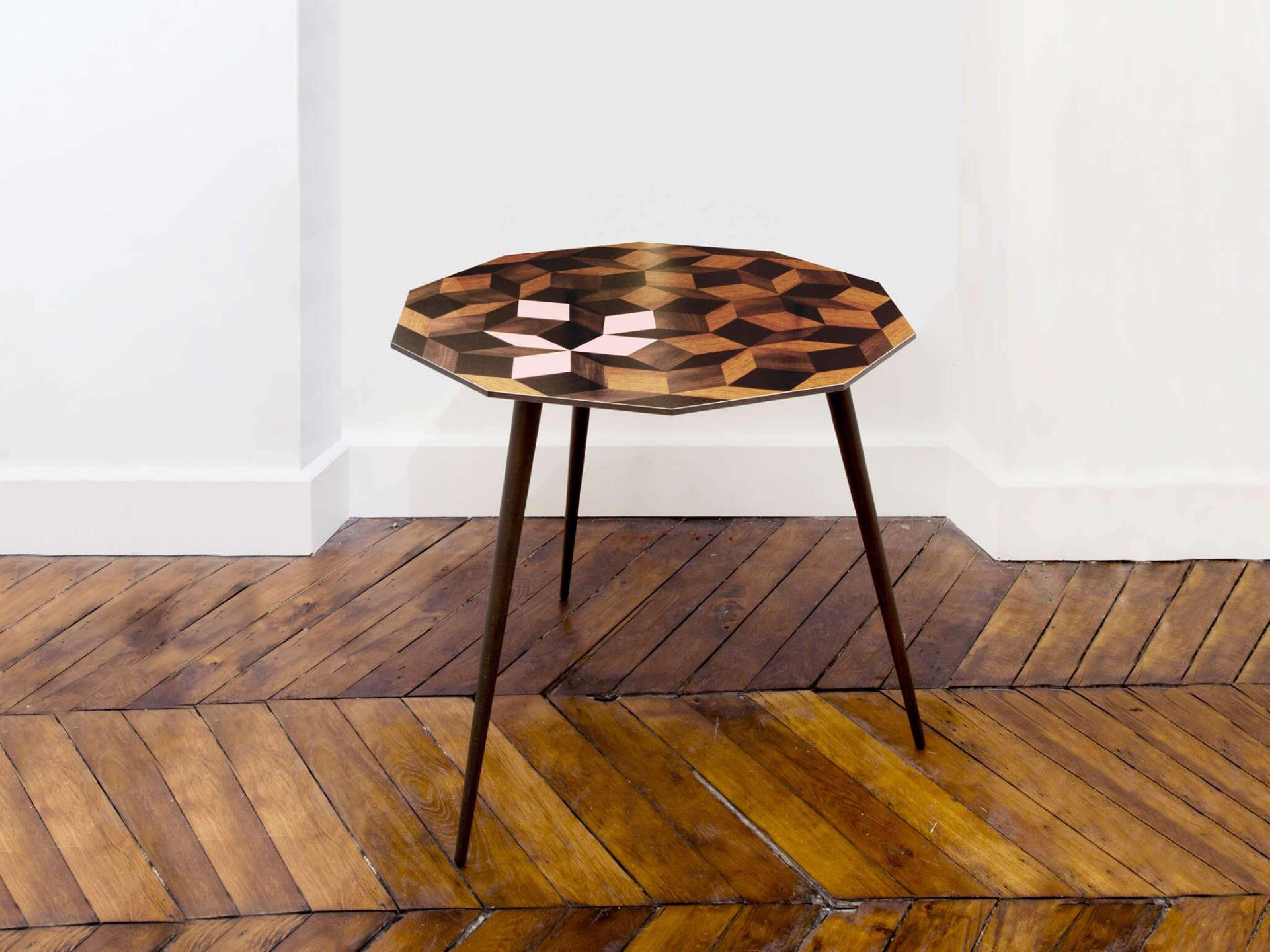 Table à manger Penrose au motif géométrique Spring Wood, marqueterie de bois et rose. Design IchetKar édition Bazartherapy