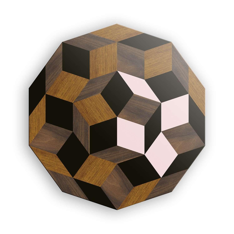 Le plateau de la table basse spring wood Penrose, rose poudré et marqueterie de bois, motif géométrique, design ichetkar