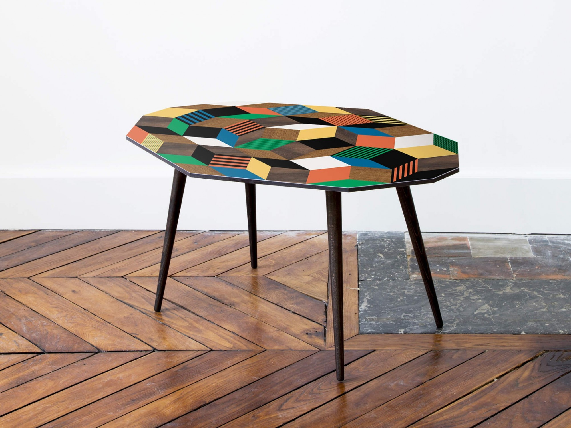Table basse au motif géométrique Penrose Crazy Wood, photographie à la Galerie Joseph, design IchetKar, edition bazartherapy