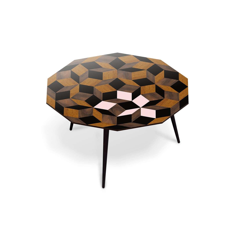 Table basse ronde Penrose, motif géométrique et marqueterie de bois et  rose poudré, design IchetKar, édition bazartherapy