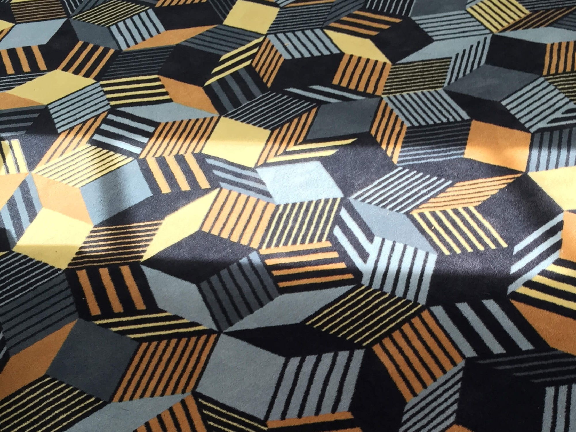 Details du tapis Penrose Rocks, couleur terre, sable, pierre, Design IchetKar édition Bazartherapy