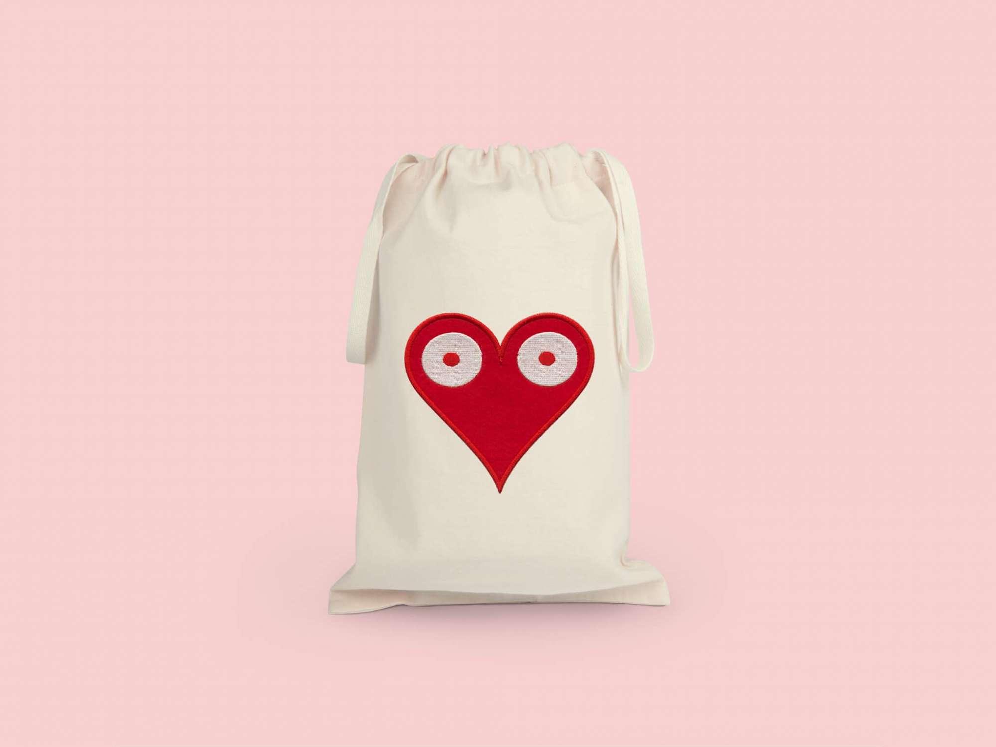 la petite pochette de voyage Love, elle reprend le motif coeur pokerface phares du studio Ich&Kar.