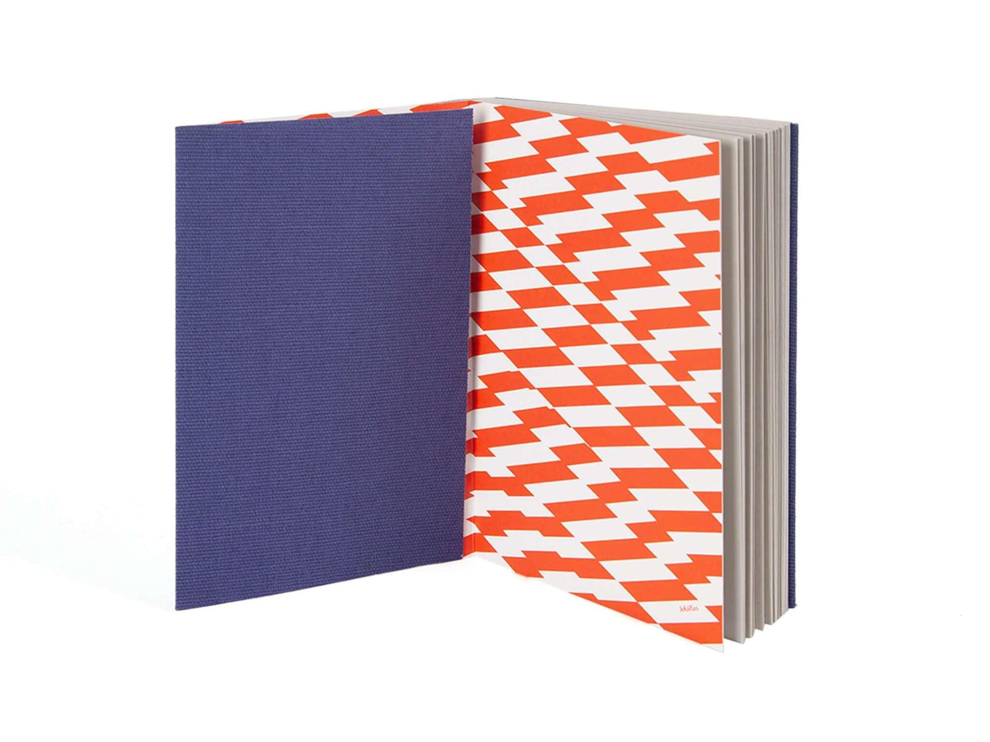 carnet de fabrication artisanale par les éditions cent pages, couverture bleue et motif rayure graphique by ichetkar