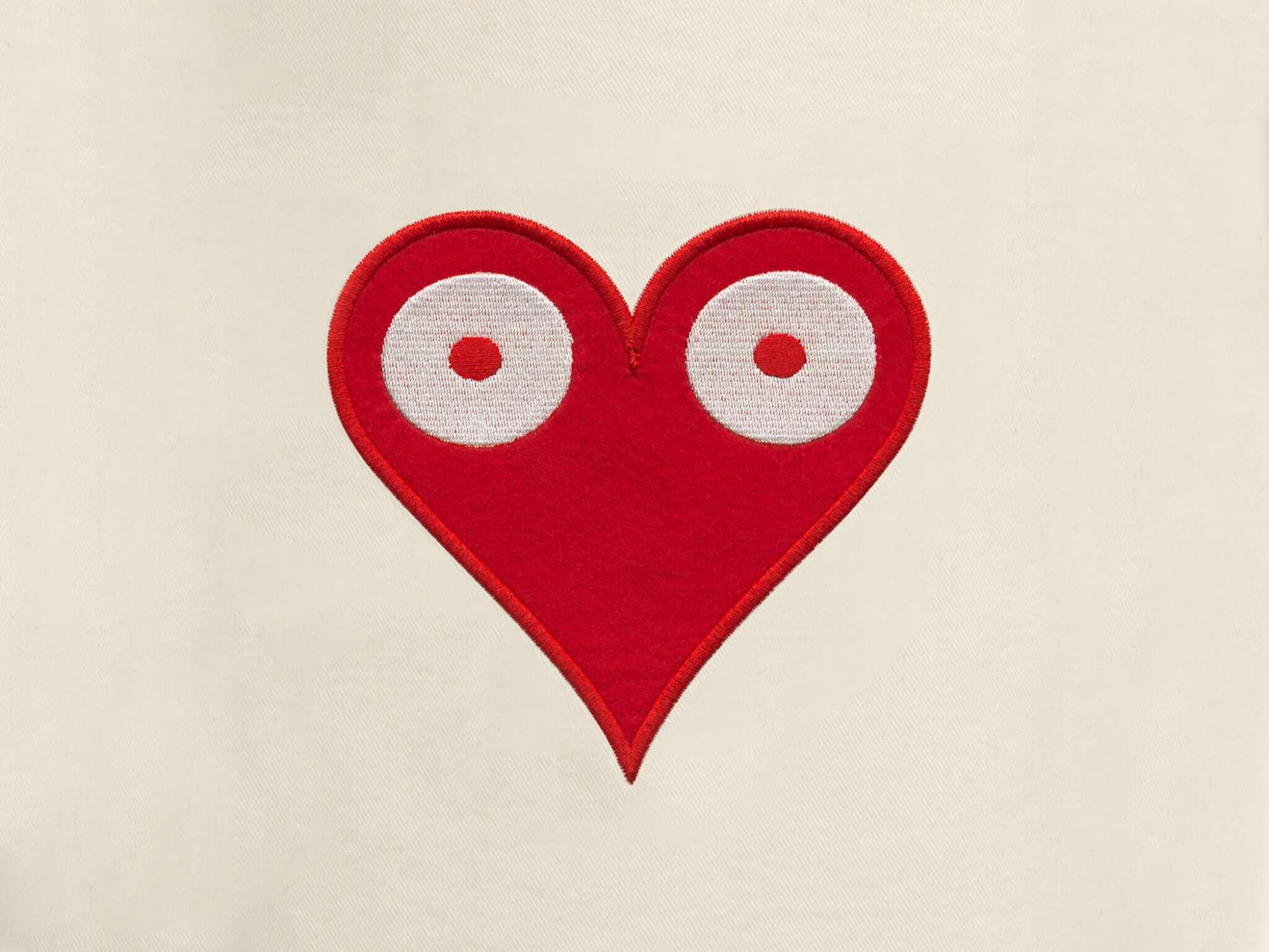 detail de la petite pochette de voyage Love, elle reprend le motif coeur pokerface phares du studio Ich&Kar.
