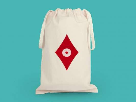 la grande pochette  de voyage carreau, elle reprend le motif carreau pokerface phares du studio Ich&Kar.