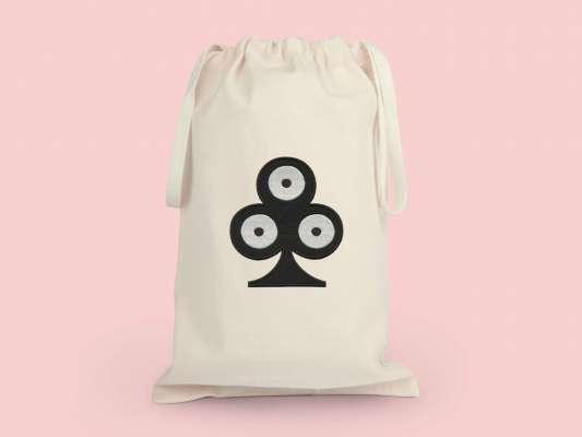 Grande pochette de voyage trèfle, elle reprend le motif trèfle pokerface phares du studio Ich&Kar.