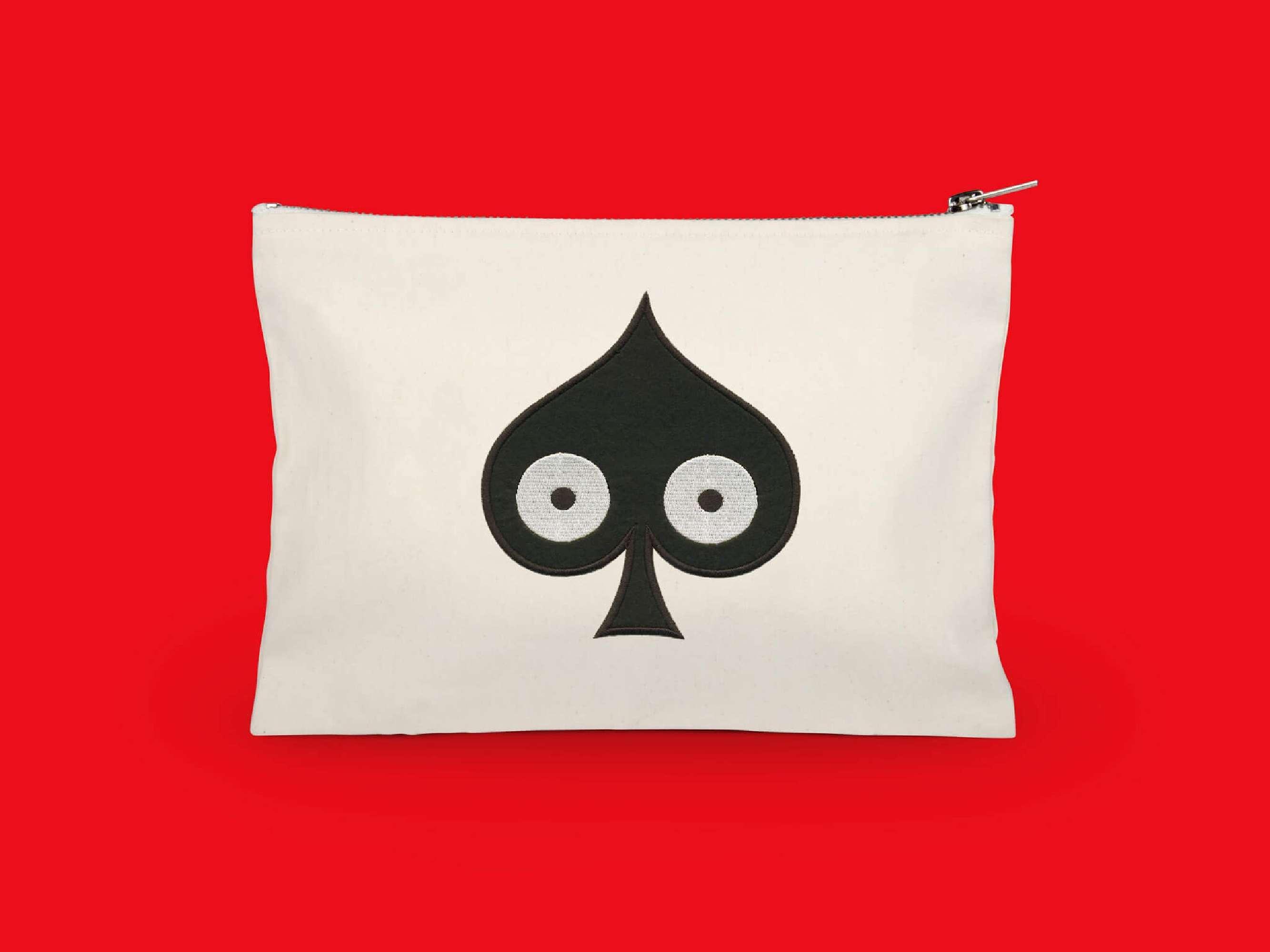 la trousse pique, elle reprend le motif pique pokerface phares du studio Ich&Kar.