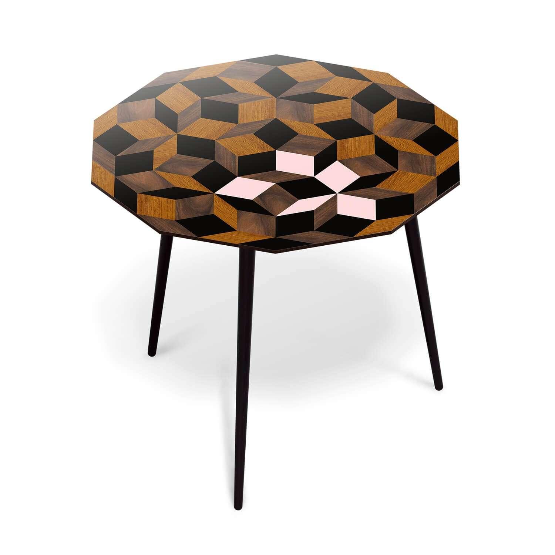 Table à manger ronde Penrose Spring Wood, marqueterie de bois et couleur rose poudré. Design IchetKar édition Bazartherapy