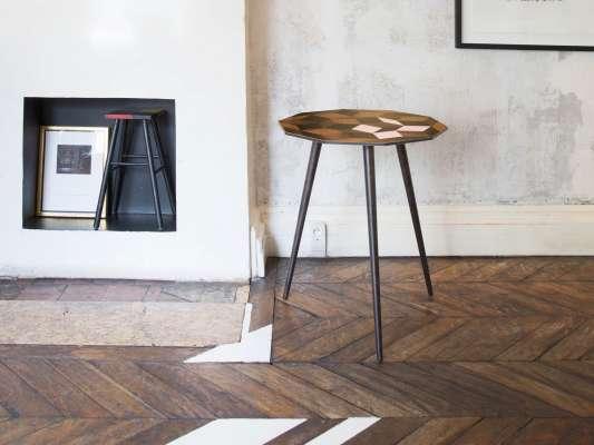 Guéridon Penrose au motif géométrique Spring Wood, touche rose poudré et bois. Design IchetKar édition Bazartherapy