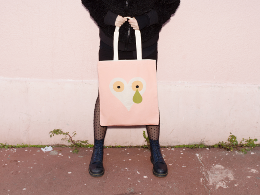 un tote bag d'artiste pour la saint valentin sérigraphie rose